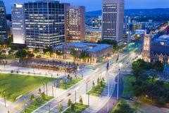 市中心看法在微明的阿德莱德 免版税库存照片