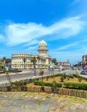 市中心,哈瓦那国会大厦大厦和繁忙运输  图库摄影
