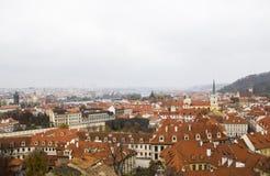 市中心,布拉格,捷克全景与铺磁砖的红色屋顶的 布拉格老镇全景与 库存图片