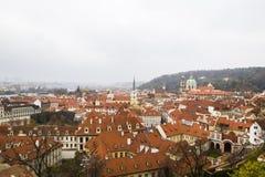 市中心,布拉格,捷克全景与铺磁砖的红色屋顶的 布拉格老镇全景与 免版税图库摄影