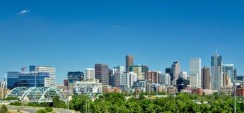 市丹佛在与深蓝天的夏天 免版税库存照片