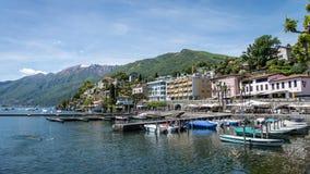 市以湖Maggiore,提契诺州,瑞士为目的洛枷诺 免版税库存图片