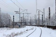 市区铁路系统,在雪,冬时的铁路轨道 库存照片