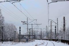 市区铁路系统,在雪,冬时的铁路轨道 免版税库存图片