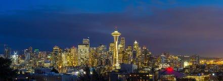 市在蓝色小时全景期间美国的西雅图WA 库存图片