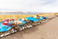 市场。在的喀喀湖,秘鲁,南美附近的路库斯科普诺。五颜六色的毯子,盖帽,围巾,布料,从alpa羊毛的雨披  免版税图库摄影