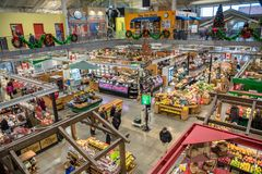 市场为圣诞节装饰的霍尔的内部 图库摄影