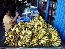 市场供营商卖新鲜的成熟香蕉 免版税图库摄影