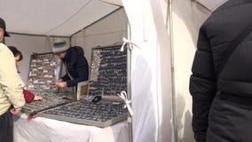 市场供营商卖香水首饰和柳条筐和顾客人 股票录像