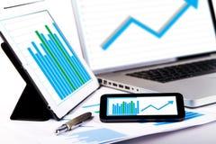 市场分析在膝上型计算机片剂的图 库存照片