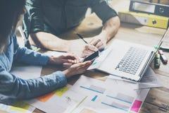 市场分析队会议概念 年轻商人乘员组与新的起始的项目一起使用在现代顶楼 通用 免版税库存图片