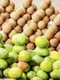 市场卖果子在样式arraneged 免版税库存图片