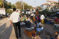 市场在卖和买在冰袋的果阿鲜鱼 免版税库存照片