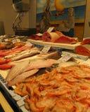 市场在托雷维耶哈,有另外种类的鱼待售 库存照片