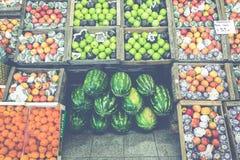市场摊位用热带水果和蔬菜 图库摄影