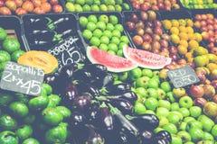 市场摊位用热带水果和蔬菜 免版税库存照片