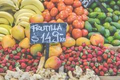市场摊位用热带水果和蔬菜 免版税库存图片