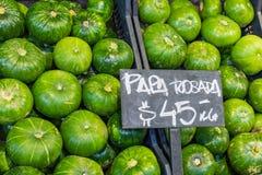 市场摊位用热带水果和蔬菜 免版税图库摄影