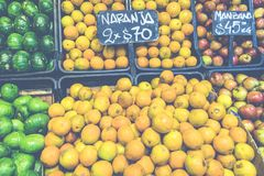 市场摊位用热带水果和蔬菜 库存照片