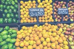 市场摊位用热带水果和蔬菜 库存图片
