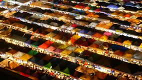 市场有启发性帐篷在晚上 colorfull顶视图明亮地照亮了Ratchada帐篷烂掉Fai火车夜 影视素材