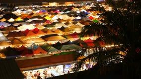 市场有启发性帐篷在晚上 colorfull顶视图明亮地照亮了Ratchada帐篷烂掉Fai火车夜 股票录像