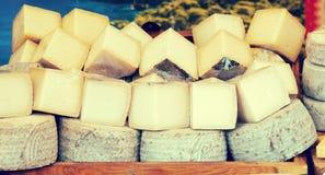 市场柜台用乳酪 免版税库存照片