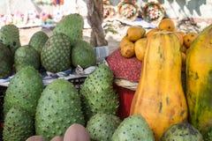 从市场的热带水果小组 免版税库存照片