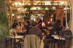 市场食物在切尔西邻里区曼哈顿NYC,吃在咖啡馆餐馆的人们告诉了弗里德曼 免版税库存图片