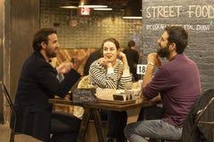 市场食物在切尔西邻里区曼哈顿NYC,吃在咖啡馆餐馆的人们告诉了弗里德曼 库存照片