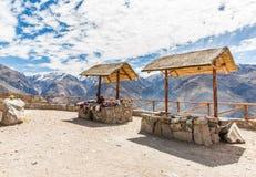 市场,叫卖小贩,科尔卡峡谷,秘鲁,南美。五颜六色的毯子,围巾,布料,雨披从羊魄,骆马羊毛  图库摄影