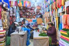 市场,妇女的纺织品部门的缝合的车间缝合fabr 库存照片
