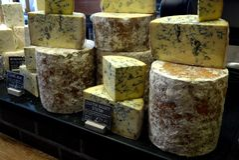 市场:手工制造食家青纹干酪 库存照片