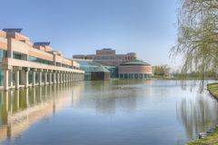 市政厅和反射水池在万锦市,加拿大 免版税库存图片
