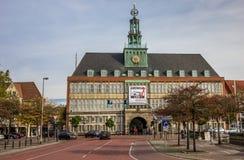 市政厅在埃姆登的中心 库存图片