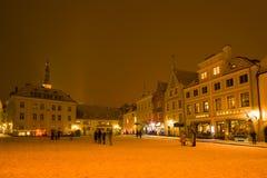 市政厅广场的片段在一个多云3月晚上,塔林 爱沙尼亚 库存照片
