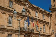 市政厅的特写镜头门面有旗子的在艾克斯普罗旺斯 库存图片