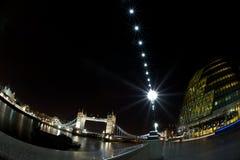 市政厅,塔桥梁,伦敦塔在晚上 免版税库存图片