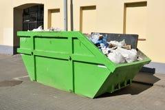市政废物的绿色跳大型垃圾桶 免版税库存图片