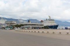 市新罗西斯克和黑海的海港的管理的海洋驻地的大厦江边的 库存照片