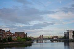 市有一座桥梁和有些山的贝尔法斯特在背景中 免版税库存照片