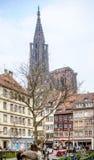 市有敬佩城市和大教堂的游人的史特拉斯堡 库存照片