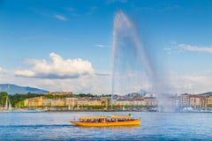 市有著名喷气机d'Eau喷泉的在日落,瑞士日内瓦 免版税库存照片