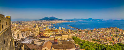 市有Mt的那不勒斯 日落的,褶皱藻属,意大利维苏威 免版税图库摄影