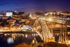 市波尔图在夜之前在葡萄牙 库存图片