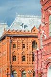 市的一个美丽的历史红砖大厦的片段莫斯科 垂直的照片 免版税图库摄影