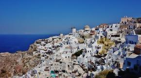 市的一幅全景Oia在圣托里尼,希腊 库存图片