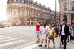 市的中区的巴黎,法国6月02日2018街道巴黎在夏天 路人和游人有照相机的 库存照片