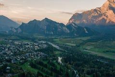 市的全景以瑞士阿尔卑斯为背景的坏Ragaz日落的 坏ragaz瑞士 图库摄影