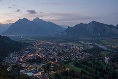 市的全景以瑞士阿尔卑斯为背景的坏Ragaz日落的 坏ragaz瑞士 免版税库存照片